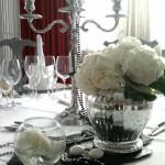 Bombonera y pecera con hortensias blancas.
