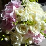 Bouquet de aire romántico de rosas, bouvardias y fresias blancas y hortensias rosa claro con toques de alchemilla.