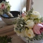 Ramo de rosas inglesas David Austin en rosa y blanco, fresias blancas y hojas y flores de Senecio.