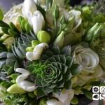 Bouquet campestre de rosas, lisianthus y dianthus verdes, fresias blancas y diversas plantas crasas