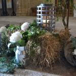 Composición de entrada con hortensias, paja y faroles