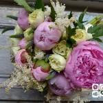Ramo de novia con aire silverstre compuesto por peonia rosa, rosa ainglesa blanca, astilbe, verónica y lilas.