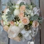 Delicado ramo de novia compuesto por peonia, hortensia, rosa spray color salmón, brunia, bouvardia y hopja de senecio.
