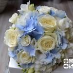Delicado bouquet de rosa Akito, hortensia azul, bouvardia y fresia.