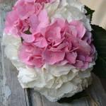 Atado de hortesias blancas y rosas