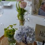 Base de madera tulipanes y hortensia azul.