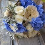"""Ramo compuesto por Rosa inglesa David Austin """"Patience"""", rosa Akito, hortensia azul, brunia y senecio."""
