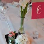 Decoración con base de espejo, tulipanes, rosas mini y bola de margaritas.