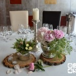Mesa presidecial con candelabro y bomboneras en plata antigua con peonias y flor de cera.