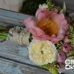 """Ramo de novia realizado con diferentes variedades de peonia, rosa inglesa David Austin """"Patience"""", rosa ramificada rosa, sedum, orniyhogallum y ramas de olivo."""