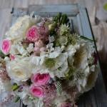 """Bouquet romántico realizado con rosa inglesa David Austin """"Patience"""", rosa ramificada """"Mimi eden"""", scabiosa, astrantia, simphoricarpus, bouvardia, astilbe, veronica y brunia."""