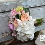 """Bouquet de hortesia blanca, rosa inglesa David Austin """"Juliete"""", peonia, nerine y sedum"""
