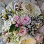 """Bouquet de aire romántico de rosa inglesa David Austin """"Patience"""", rosa akito rosa, brunis, simphoricarphus, asclepia, bouvardia, nerine y hojas de senecio."""