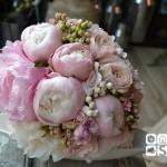 Bouquet romantico de peoniás rosas, rosa inglesa David Austin rosa, bouvardia y fresia.