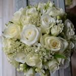 Pequeño bouquet clásico blanco de rosas Akito y rosa spray, bouvardia y asclepia.
